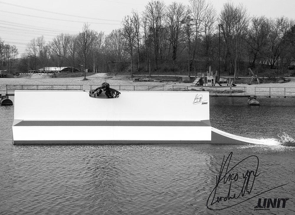 Nico von Lerchenfeld fährt das erste Mal sein neues Signature Rail von Unit Parktech, das bei Wasserski Langenfeld steht